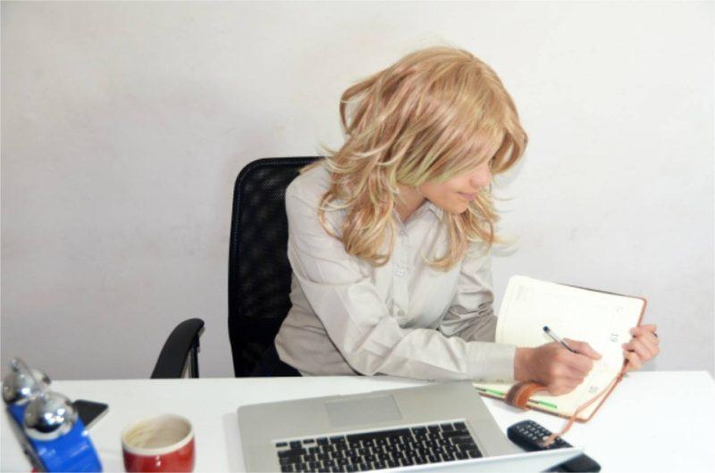 女性 仕事 ホームオフィス ホームチェア