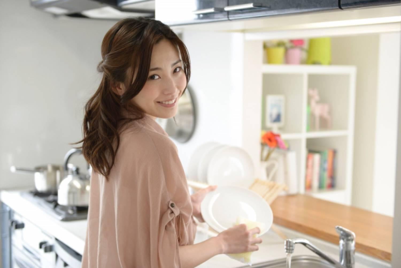 女性 キッチン 料理