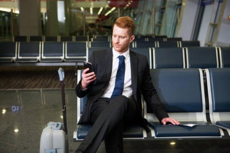 男性 外国人 ビジネスパーソン スーツ 空港
