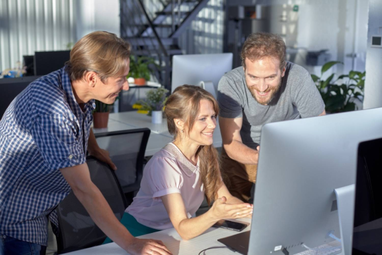 パソコン オフィス 男性 女性 外国人