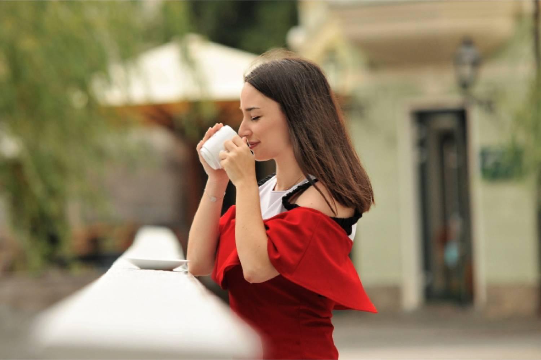 女性 外国人 コーヒー