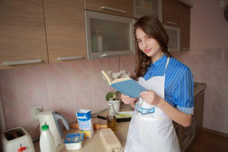女性 外国人 キッチン 料理