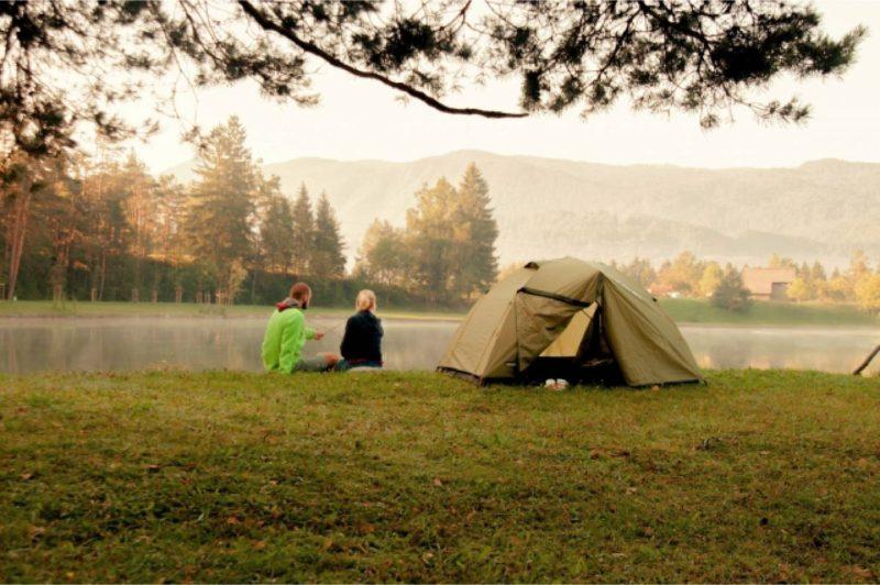湖畔 キャンプ テント 男性 女性 外国人