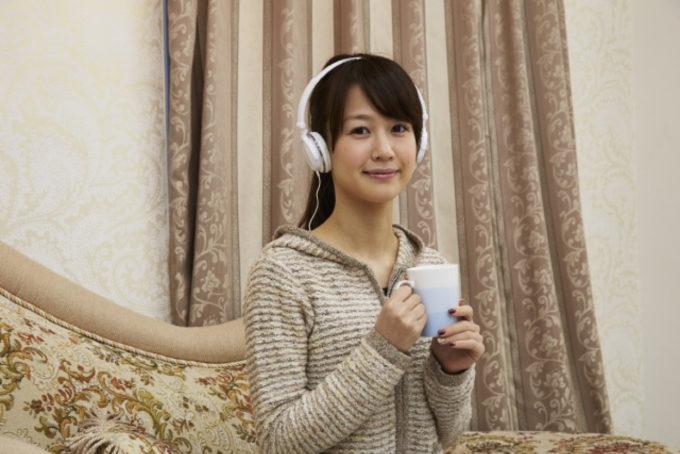 女性 ヘッドホン コーヒー